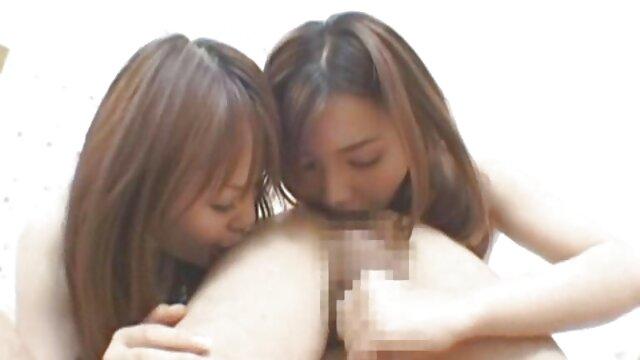 پی سکس با مامان فیلم - یک دختر ایتالیایی در دریا با دو بیگانه خوشحال رابطه جنسی دهانی انجام می دهد.