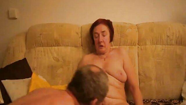 دختر ناز دانشگاه با عکس سکسی داغ داغ گربه بازی می کند و