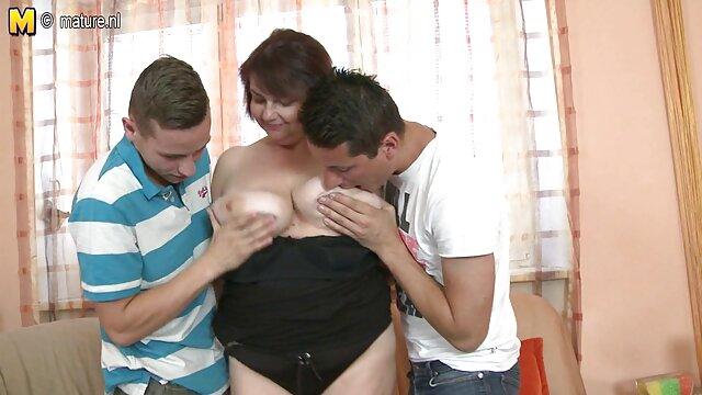 جولیا آن در حال دوش گرفتن مشاعره عکس های سکسی سینه بزرگ خود است