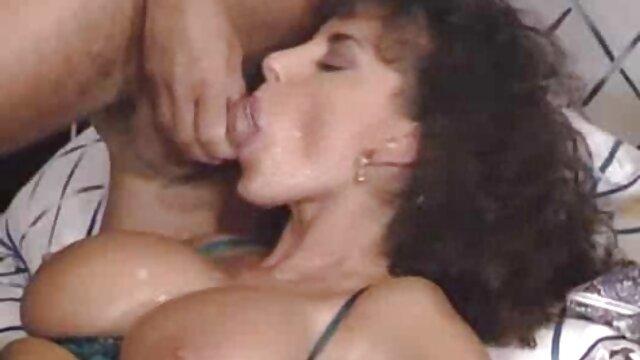 شلخته باردار روی مبل می مکد و لمس می کند عکس سکسی کس